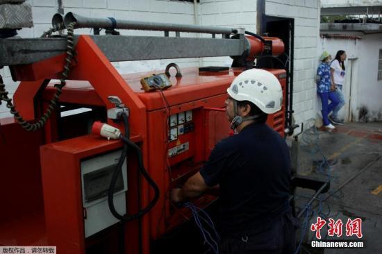 当地时间3月11日,委内瑞拉国内大规模停电期间,一名患者在当地医院接受治疗。据悉,该医院受停电影响,目前主要依靠发电机供电维持运转。据委内瑞拉计划部长梅嫩德斯表示,委政府将在停电期间采取重点措施,优先保障医疗服务。图为工作人员在医院启动发电机。
