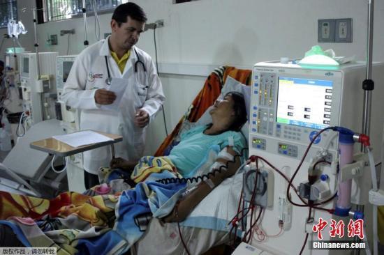 资料图:当地时间3月11日,委内瑞拉国内大规模停电期间,一名患者在当地医院接受治疗。据悉,该医院受停电影响,目前主要依靠发电机供电维持运转。据委内瑞拉计划部长梅嫩德斯表示,委政府将在停电期间采取重点措施,优先保障医疗服务。