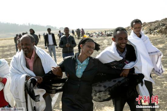 资料图:当地时间3月12日,在埃塞俄比亚航空公司ET302航班失事现场,机组人员Ayantu Girmay的母亲Kebebew Legesse悲痛欲绝。当地时间10日上午,埃塞俄比亚航空公司一架计划飞往肯尼亚首都内罗毕的客机,从埃塞首都亚的斯亚贝巴起飞不久后坠毁,机上149名乘客和8名机组成员无一生还。