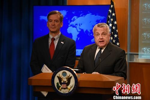 """""""资料图片:美国国务院副国务卿约翰·沙利文(右一)。<a"""
