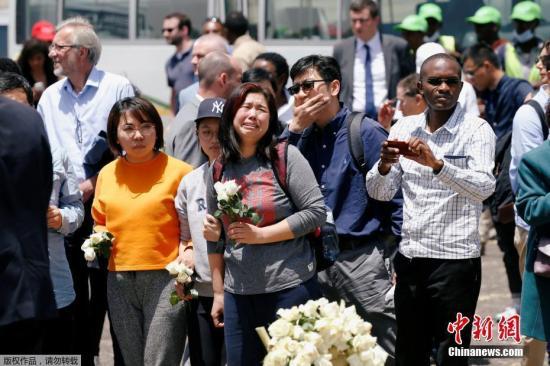 资料图片:当地时间3月13日,埃塞俄比亚比绍夫图,埃塞俄比亚航空公司ET 302航班坠毁现场举办追思仪式,遇难者家属抵现场悼念。