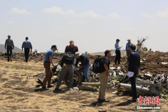 3月12日,埃塞俄比亚航空公司失事航班ET302的救援工作基本结束。图为波音公司派出团队在现场展开调查。中新社记者 王曦 摄