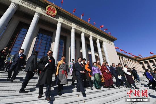 3月13日,中国人民政治协商会议第十三届全国委员会第二次会议在北京人民大会堂举行闭幕会。图为委员们走出会场。<a target='_blank' href='http://www.chinanews.com/'>中新社</a>记者 张娅子 摄