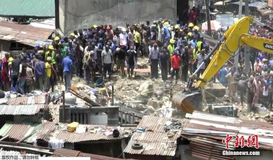 当地时间3月13日,尼日利亚拉各斯市一栋建筑突然坍塌,目前有100多人被埋在废墟里。图为救援现场。