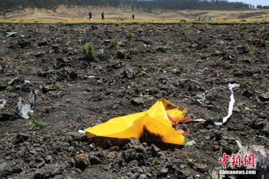 资料图:3月12日,埃塞俄比亚航空公司失事航班ET302的救援工作基本结束。图为事故现场散落的救生衣。<a target='_blank' href='http://www.chinanews.com/'>中新社</a>记者 王曦 摄