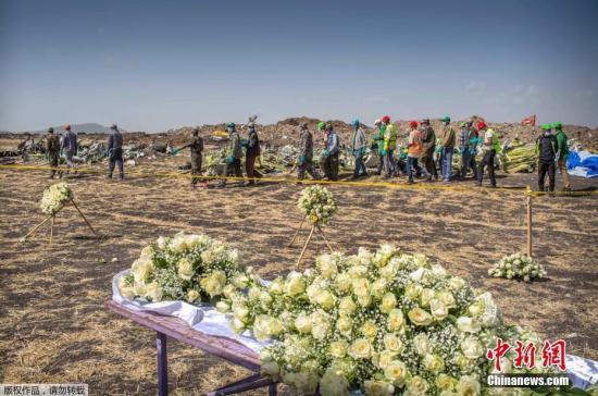 资料图:埃航坠机事故现场摆放鲜花祭奠遇难者。
