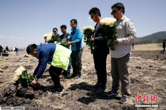 当地时间3月13日,埃塞俄比亚比绍夫图,埃塞俄比亚航空公司ET 302航班坠毁现场举办追思仪式,遇难者家属抵现场悼念。
