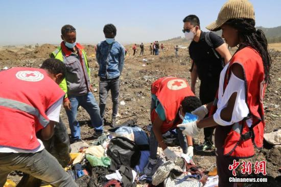 3月12日,埃塞俄比亚航空公司失事航班ET302的救援工作基本结束。图为救援人员在事故现场整理遇难者遗物。<a target='_blank' href='http://www.chinanews.com/'>中新社</a>记者 王曦 摄