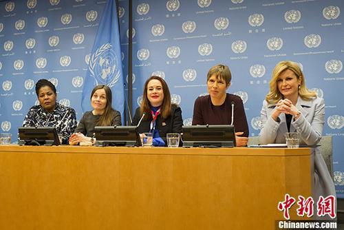 """資料圖:當地時間3月12日,第73屆聯大主席埃斯皮諾薩(中)與克羅地亞總統基塔羅維奇(右一)、愛沙尼亞總統卡柳萊德(右二)、特立尼達和多巴哥總統威克斯(左一)、冰島總理雅各布斯多蒂爾(左二),在紐約聯合國總部舉行關于""""婦女領袖""""高級別活動的新聞發布會。中新社記者 廖攀 攝"""