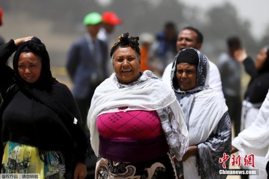 2019年3月14日,埃塞俄比亚比绍夫图,失去亲人的埃塞俄比亚人家属在坠机现场痛哭哀悼。