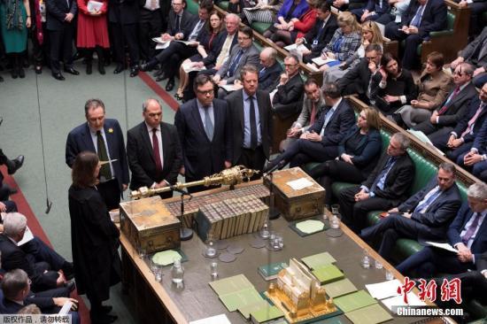 """英国政府也提出自己的修正动议,内容为否决在3月29日无协议脱欧,但议员率先表决通过德罗米和史培尔曼的修正动议,删去时间点前提,否决在任何情况下""""无协议""""脱欧。政府的修正动议之后也以321票支持、278票反对通过。图为议会投票结果出炉。"""