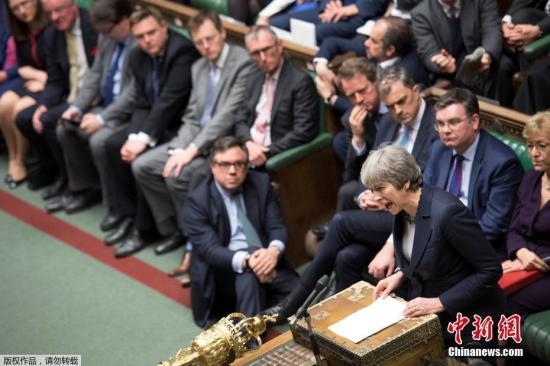 """英国首相向民众声明:""""我与你们在一起"""""""