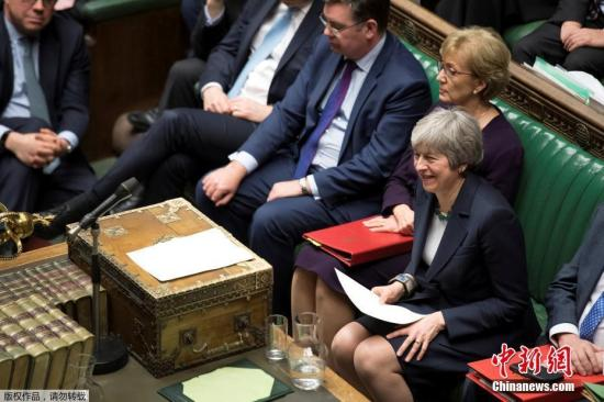 据报道,议会13日晚首先表决了工党议员德罗米和保守党议员史培尔曼提出的修正动议,否决在任何情况下无协议离开欧盟,最终以312票赞成、308票反对通过。这项表决结果并没有法律效力,也不代表英国不会离开欧盟,但议会将可以表决是否延后脱欧。图为英国首相特雷莎·梅出席议会下院投票。