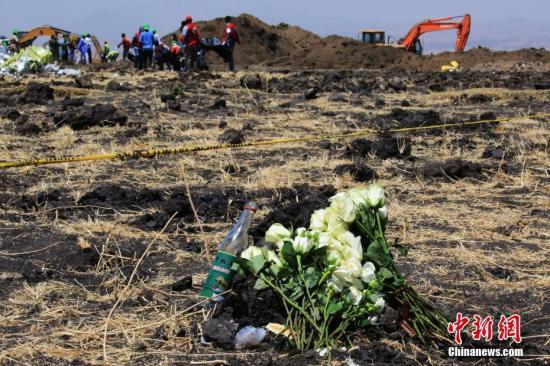 3月13日,埃塞俄比亚航空公司组织ET302航班空难遇难者家属来到事发地,为他们逝去的亲人举行了悼念仪式。图为遇难者家属为逝去亲人堆起的衣冠冢。中新社记者 王曦 摄