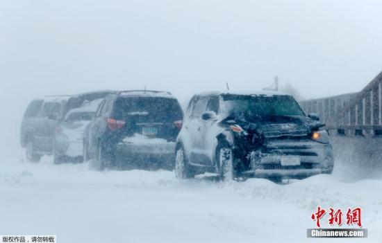 资料图:暴雪天气里,在美国70号州际公路的一个立交桥上发生的交通事故。