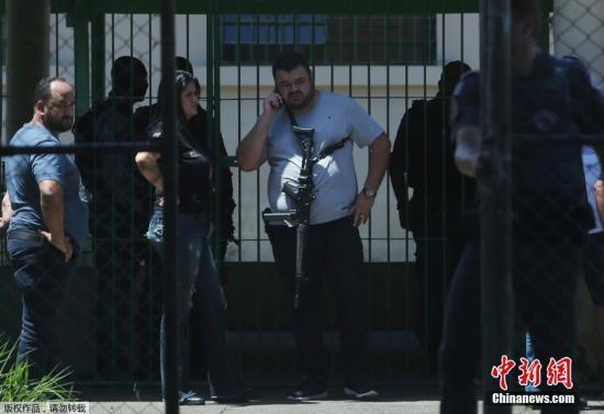 资料图:当地时间3月13日上午,巴西圣保罗州一所公立学校发生一起枪击案,事件已致10人死亡、23人受伤。死者中包括两名青少年枪手。图为枪击案发生后,巴西警方在校园内调查。