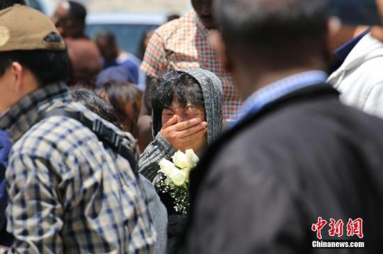 资料图:3月13日,埃塞俄比亚航空公司组织ET302航班空难遇难者家属来到事发地,为他们逝去的亲人举行了悼念仪式。图为中国遇难者家属。<a target='_blank' href='http://www.chinanews.com/'>中新社</a>记者 王曦 摄