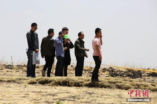 3月13日,埃塞俄比亚航空公司组织ET302航班空难遇难者家属来到事发地,为他们逝去的亲人举行了悼念仪式。图为遇难者家属在事发地寄托哀思。中新社记者 王曦 摄