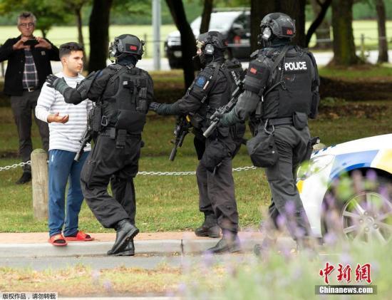 当地时间3月15日,新西兰克赖斯特彻奇两座清真寺及一间医院外发生枪击事件。据外媒称,截至目前已造成至少27人死亡,30人被送往医院救治。当地警方表示,已经逮捕了4名嫌疑人。图为新西兰警察AOS(Armed Offenders Squad) 封锁枪击发生区域,并对过往行人进行严格盘查。