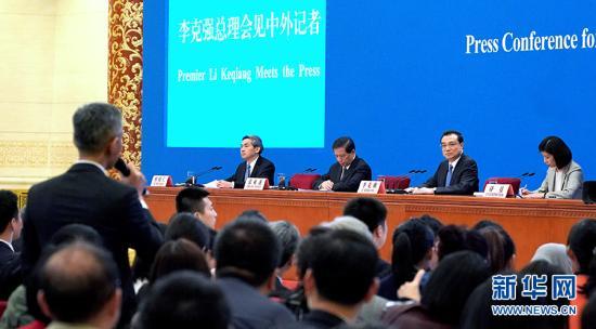 3月15日,国务院总理李克强在北京人民大会堂会见采访十三届全国人大二次会议的中外记者并答记者问。 记者 王毓国 摄 图片来源: