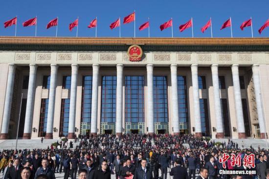 3月15日,第十三届全国人民代表大会第二次会议在圆满完成各项议程后,在北京人民大会堂闭幕。图为代表们会后走出会场。中新社记者 王骏 摄