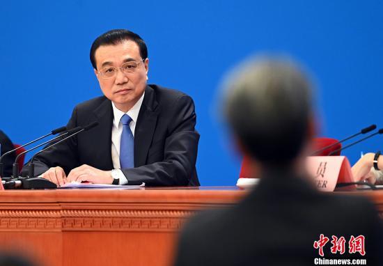 3月15日,十三届全国人大二次会议闭幕后,中国国务院总理李克强在北京人民大会堂金色大厅会见采访十三届全国人大二次会议的中外记者并回答记者提出的问题。图为李克强听取记者提问。<a target='_blank' href='http://www.chinanews.com/'>中新社</a>记者 侯宇 摄