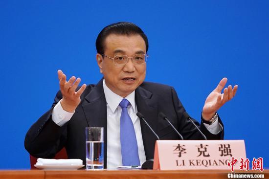 3月15日,十三届全国人大二次会议闭幕后,中国国务院总理李克强在北京人民大会堂金色大厅会见采访十三届全国人大二次会议的中外记者并回答记者提出的问题。中新社记者 崔楠 摄