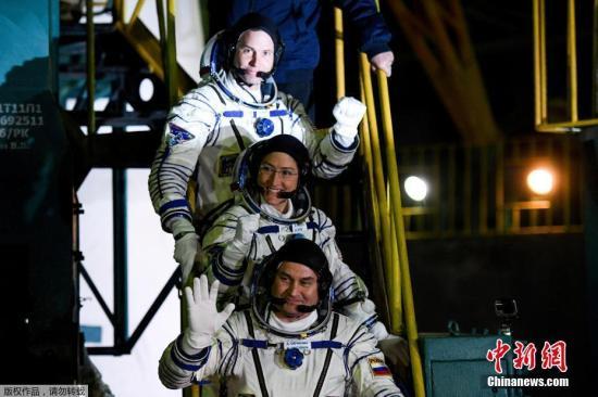 """当地时间3月14日,三名宇航员登上""""联盟MS-12""""号。"""