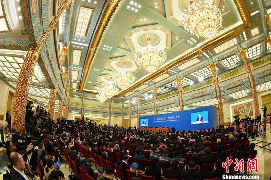 国务院总理李克强在北京人民大会堂金色大厅会见采访十三届全国人大二次会议的中外记者并回答记者提出的问题。 中新社记者 侯宇 摄