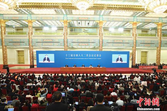 3月15日,十三届全国人大二次会议闭幕后,中国国务院总理李克强在北京人民大会堂金色大厅会见采访十三届全国人大二次会议的中外记者并回答记者提出的问题。中新社记者 盛佳鹏 摄