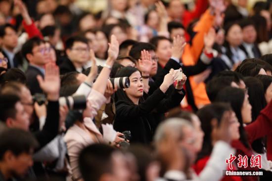 3月15日,十三届全国人大二次会议闭幕后,中国国务院总理李克强在北京人民大会堂金色大厅会见采访十三届全国人大二次会议的中外记者并回答记者提出的问题。图为记者现场采访。中新社记者 杜洋 摄