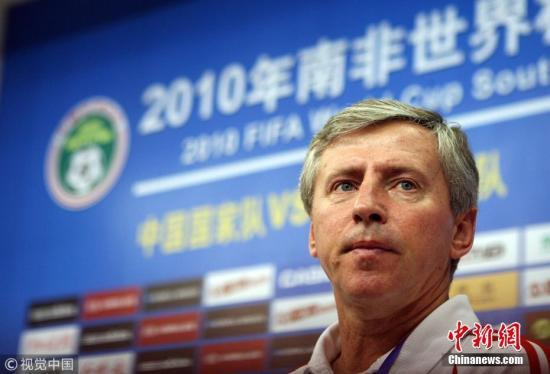 2007年,中国足协签约塞尔维亚教练福拉多,后者担任中国男足国家队执行教练。国足迎来杜伊、福拉多共同执教,成绩却并不理想。2008年,南非世界杯预选赛国足提前一轮小组垫底,福拉多黯然下课,杜伊亦饱受非议;中国国奥队在北京奥运会中一平二负小组遭到淘汰,杜伊离任。图片来源:视觉中国