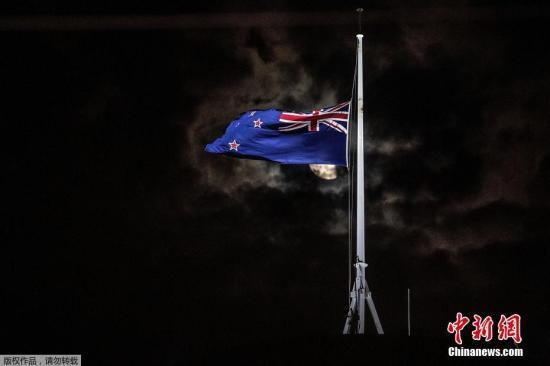 当地时间3月15日,新西兰惠灵顿议会大厦降半旗致哀克赖斯特彻奇市清真寺枪击案遇难者。当地时间15日下午,新西兰克赖斯特彻奇市的2座清真寺内发生枪击事件。据外媒最新消息,新西兰警察局局长迈克·布什称,死亡人数已经上升至49人。