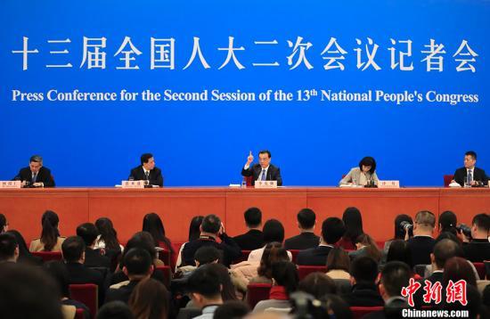 3月15日,十三届全国人大二次会议闭幕后,中国国务院总理李克强在北京人民大会堂金色大厅会见采访十三届全国人大二次会议的中外记者并回答记者提出的问题。<a target='_blank' href='http://www.chinanews.com/'>中新社</a>记者 杜洋 摄