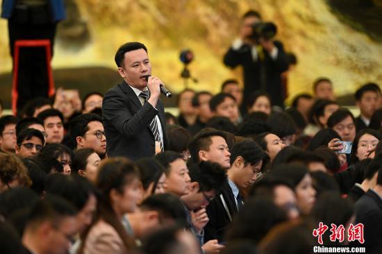 3月15日,十三届全国人大二次会议闭幕后,中国国务院总理李克强在北京人民大会堂金色大厅会见采访十三届全国人大二次会议的中外记者并回答记者提出的问题。图为中国新闻社记者提问。中新社记者 侯宇 摄