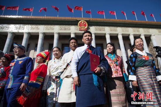 第十三届全国人民代表大会第二次会议在圆满完成各项议程后,3月15日在北京人民大会堂闭幕。图为代表们会后走出会场。 <a target='_blank' href='http://www.chinanews.com/'>中新社</a>记者 王骏 摄