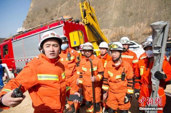 3月16日,山西省临汾市乡宁县枣岭乡,救援人员正在搜救房屋垮塌被困人员。目前,搜救工作仍在紧张进行。韦亮 摄