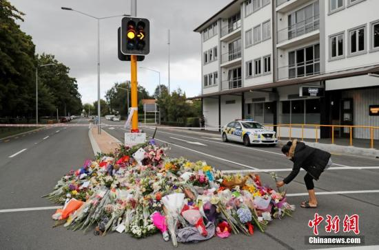 资料图:新西兰民众哀悼克赖斯特彻奇清真寺枪击案的遇难者,并献上鲜花表示悼念。