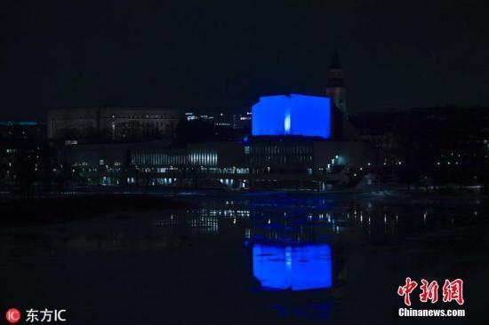 资料图:当地时间3月15日,芬兰赫尔辛基,芬兰地亚大厦点亮蓝色,悼念新西兰枪击案遇难者。图片来源:东方IC 版权作品 请勿转载