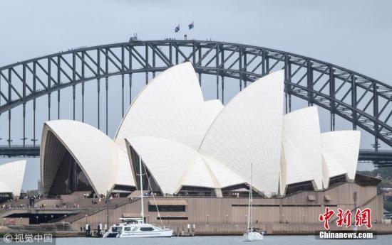 当地时间3月15日下午,新西兰新西兰南岛克赖斯特彻奇市发生清真寺枪击案,造成49人死亡、40余人入院接受治疗。世界多国地标降半旗致哀,悼念新西兰清真寺袭击事件的受害者。图为3月15日,澳大利亚悉尼海港大桥降半旗。图片来源:视觉中国