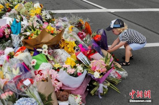 当地时间3月16日,新西兰民众哀悼克赖斯特彻奇清真寺枪击案的遇难者并献上鲜花表示悼念。