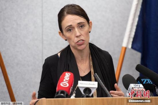 """3月16日,在新西兰首都惠灵顿,新西兰总理阿德恩就15日克赖斯特彻奇枪击案发表讲话。新西兰南岛克赖斯特彻奇市15日发生枪击案,枪手向当地两座清真寺开枪,造成49人死亡、40余人入院接受治疗。新西兰总理阿德恩说,这是一起有组织有预谋的""""恐怖袭击""""。"""