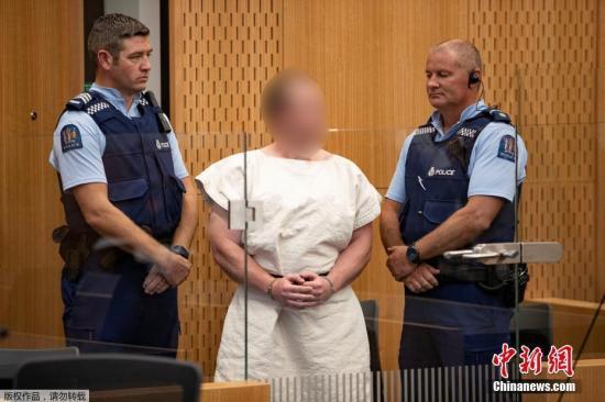 当地时间3月16日,新西兰克赖斯特彻奇,被控参与克赖斯特彻奇清真寺枪击案的嫌犯布伦顿・塔兰特(Brenton Tarrant)在当地法院出庭受审,他被控谋杀罪。