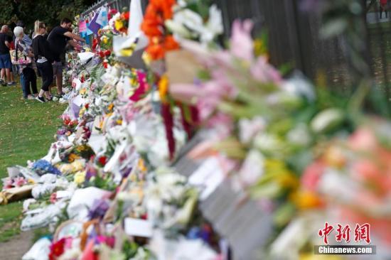 當地時間3月16日,新西蘭民眾哀悼克賴斯特徹奇清真寺槍擊案的遇難者并獻上鮮花表示悼念。