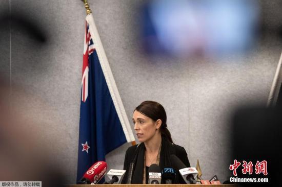 """3月16号,在新西兰首都惠灵顿,新西兰总理阿德恩就15号克赖斯特彻奇枪击案发表讲话。新西兰南岛克赖斯特彻奇市15号发生枪击案,枪手向当地两座清真寺开枪,造成49人死亡、40余人入院接受治疗。新西兰总理阿德恩说,这是一起有组织有预谋的""""恐怖袭击""""。"""