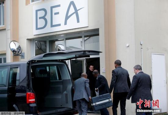 资料图:埃塞俄比亚事故调查局将埃航坠毁客机的黑匣子从亚的斯亚贝巴送往巴黎进行调查,法国民航安全调查分析局(BEA)协助分析黑匣子的飞行数据和语音记录仪。