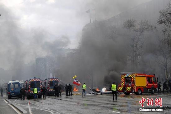 当地时间3月16日,巴黎发生大规模示威。这是巴黎自去年11月以来遭遇的第18轮示威,据法国内政部的统计,有10000人在巴黎参与示威。大批示威者与警方发生冲突。<a target='_blank' href='http://www.chinanews.com/'>中新社</a>记者 李洋 摄