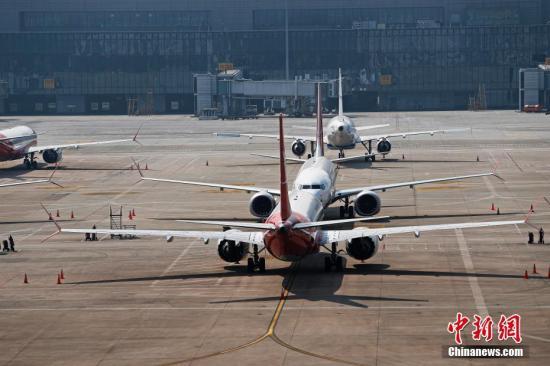 资料图:3月17日,上海航空公司的9架波音737MAX机型飞机停在虹桥国际机场停机坪上。据路透社报道,波音公司计划将在未来一周到10天内发布波音737MAX机型相关升级软件。目前,波音737MAX机型已经在全球停飞。<a target='_blank' href='http://www.chinanews.com/'>中新社</a>记者 殷立勤 摄