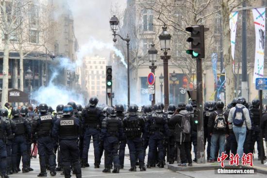 当地时间3月16日,巴黎发生大规模示威。这是巴黎自去年11月以来遭遇的第18轮示威,据法国内政部的统计,有10000人在巴黎参与示威。大批示威者与警察在香榭丽舍大街对峙,警方不断释放催泪瓦斯,试图驱散示威者。<a target='_blank' href='http://www.chinanews.com/'>中新社</a>记者 李洋 摄