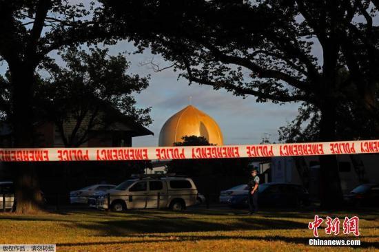 新西兰警方3月17日消息称,克赖斯特彻奇市两座清真寺发生的大规模枪击案,已经导致50人死亡,50人受伤。发生枪击案的清真寺仍然在封锁中。